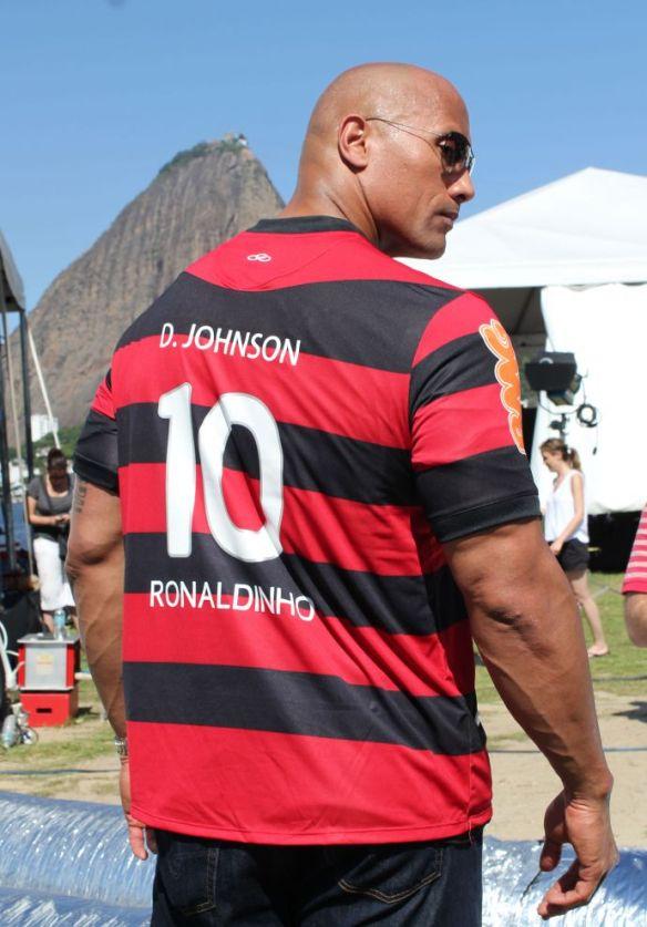 The Rock/Dwayne Johnson veste a camisa do Flamengo Ronaldinho nº 10