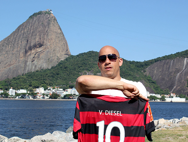 Vin Diesel com camisa do Flamengo