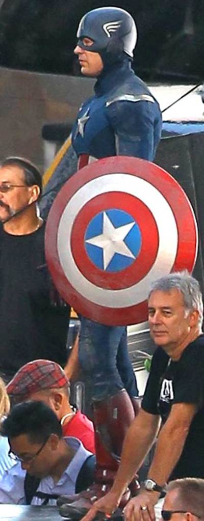 The Avengers - Fotos do Set - Chris Evans com o novo uniforme do Capitão América dos Vingadores 2