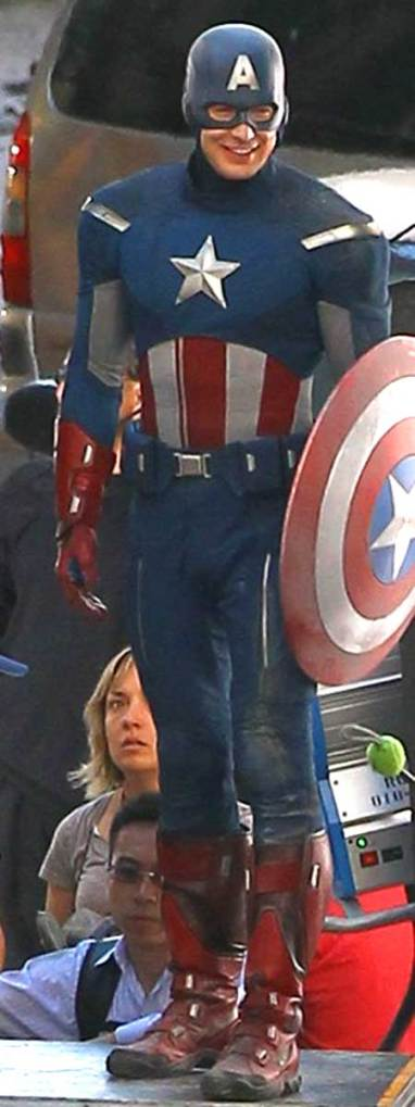 The Avengers - Fotos do Set - Chris Evans com o novo uniforme do Capitão América dos Vingadores