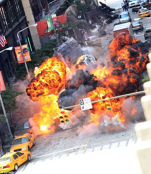 The Avengers - Fotos no Set - Explosions on Street on Cleveland