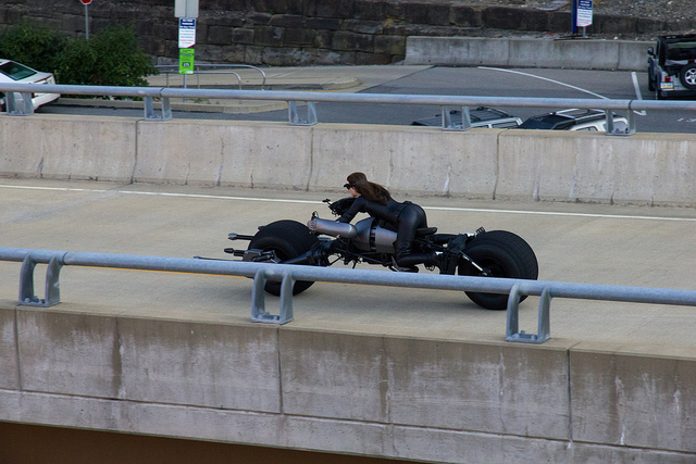 The Dark Knight Rises - Fotos do Set - Catwoman on Batpod in Street
