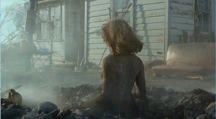 Lucy Lawless nua pelada queimada e viva (Ash Vs. Evil Dead - S01E07)
