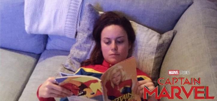 Brie Larson posta foto no Twitter vestida de Capitã Marvel