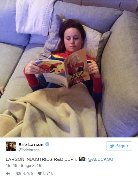 Brie Larson se veste como Capitã Marvel e lê quadrinho da personagem no Twitter
