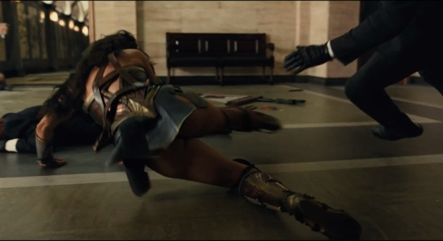 Bunda da Mulher-Maravilha do trailer da Liga da Justiça - Saia levanta